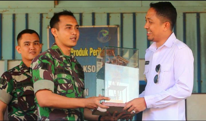 Penyerahan Cenderamata Oleh Wakil Bupati Boven Digoel Kepada Tim Ekspedisi NKRI